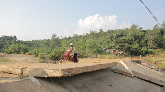 Hiểm nguy 'rình rập' người dân vùng biên giới Quảng Trị sau mưa lũ ảnh 2