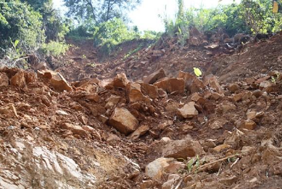 Hiểm nguy 'rình rập' người dân vùng biên giới Quảng Trị sau mưa lũ ảnh 4