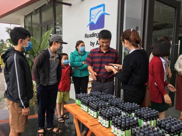 Cô giáo bị ung thư tự chế nước xịt kháng khuẩn thảo dược tặng người dân ảnh 1
