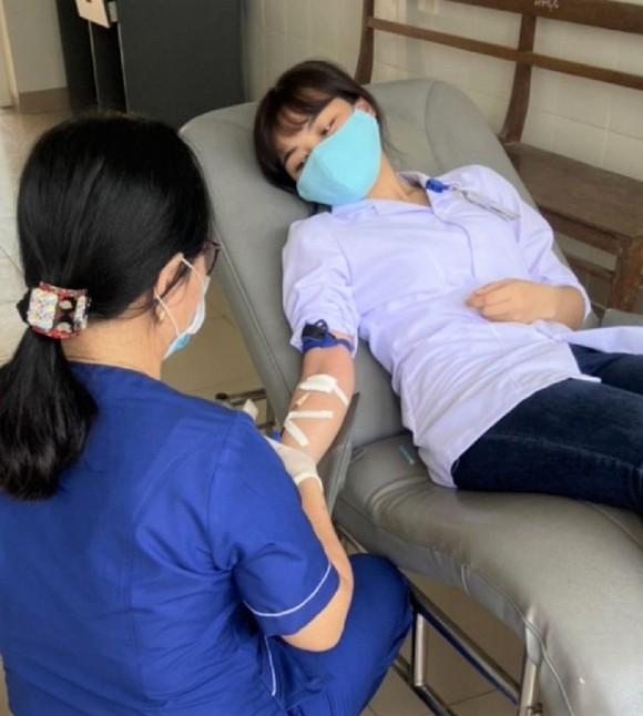 Nhân viên y tế kịp thời hiến máu cứu người bệnh nguy kịch ảnh 1