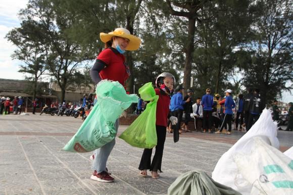 Hàng nghìn bạn trẻ chung tay làm sạch bờ biển Quảng Trị ảnh 6