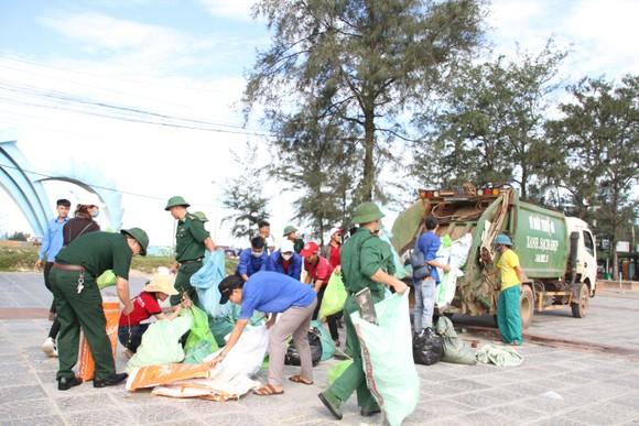 Hàng nghìn bạn trẻ chung tay làm sạch bờ biển Quảng Trị ảnh 8