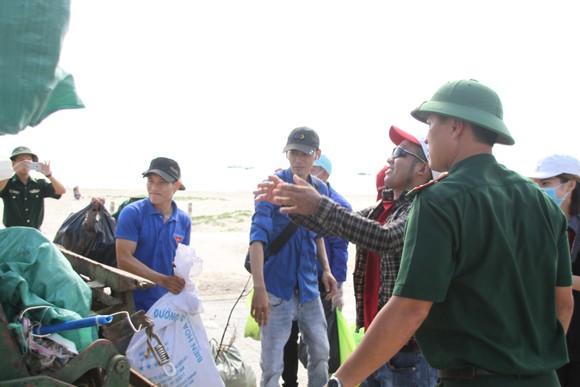 Hàng nghìn bạn trẻ chung tay làm sạch bờ biển Quảng Trị ảnh 7