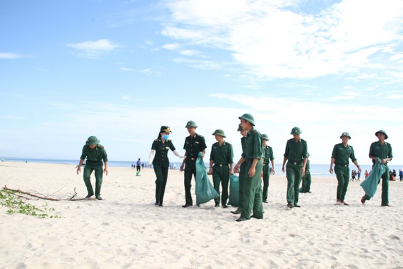 Hàng nghìn bạn trẻ chung tay làm sạch bờ biển Quảng Trị ảnh 3