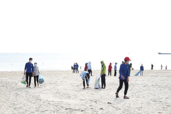 Hàng nghìn bạn trẻ chung tay làm sạch bờ biển Quảng Trị ảnh 4