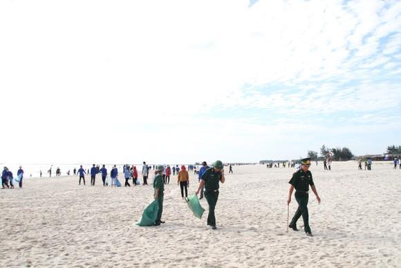 Hàng nghìn bạn trẻ chung tay làm sạch bờ biển Quảng Trị ảnh 1