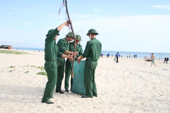 Hàng nghìn bạn trẻ chung tay làm sạch bờ biển Quảng Trị ảnh 5