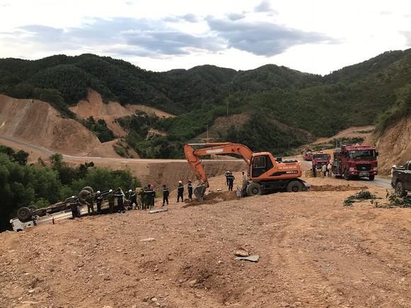 Xe tải chở gần 5 tấn thuốc nổ bị lật giữa đường núi ảnh 1