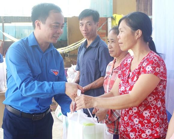 Khám chữa bệnh miễn phí và tặng quà cho người dân đảo Cồn Cỏ ảnh 2