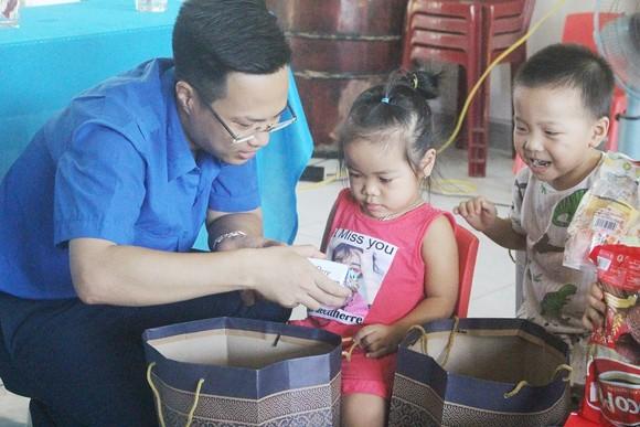Khám chữa bệnh miễn phí và tặng quà cho người dân đảo Cồn Cỏ ảnh 5