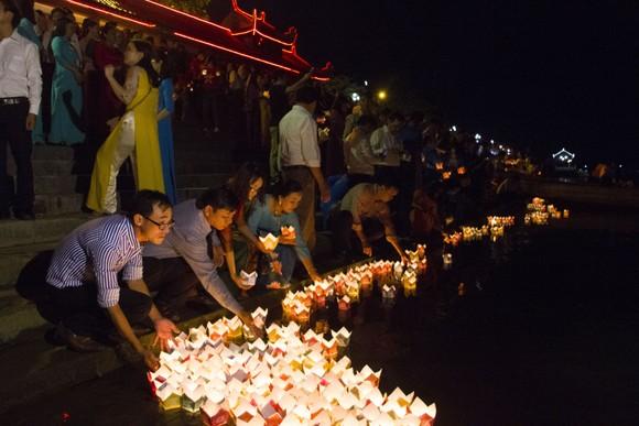 Hàng ngàn người tham gia thả hoa đăng tri ân các anh hùng liệt sĩ  ảnh 3