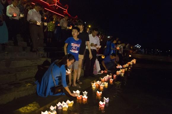Hàng ngàn người tham gia thả hoa đăng tri ân các anh hùng liệt sĩ  ảnh 4