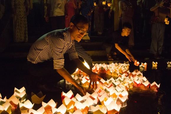 Hàng ngàn người tham gia thả hoa đăng tri ân các anh hùng liệt sĩ  ảnh 5