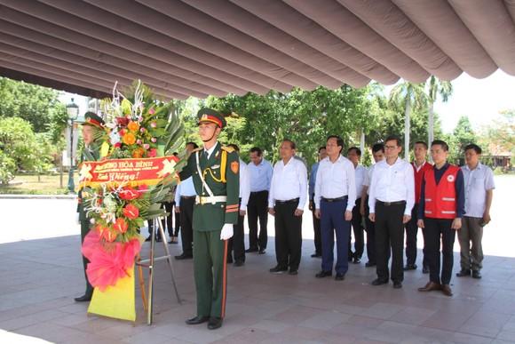 Phó Thủ tướng Thường trực Trương Hòa Bình dâng hương tri ân các Anh hùng liệt sĩ tại Quảng Trị ảnh 1