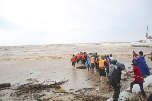 Tàu cá ngư dân bị sóng đánh chìm khi đang cứu nạn tàu Vietship 01 ảnh 1