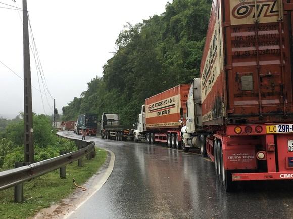 Quảng Trị: Sạt lở nghiêm trọng trên tuyến Quốc lộ 9, giao thông hoàn toàn tê liệt ảnh 2