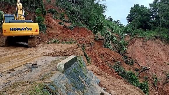 Trực thăng tiếp cận vùng bị cô lập ở Quảng Trị, đưa 2 người bị thương nặng ra ngoài ảnh 1