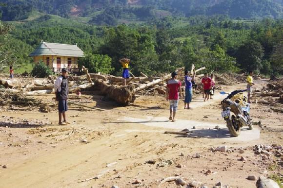 Hướng Việt tan hoang sau lũ, 2 lần tiếp tế khẩn cấp bằng trực thăng ảnh 1