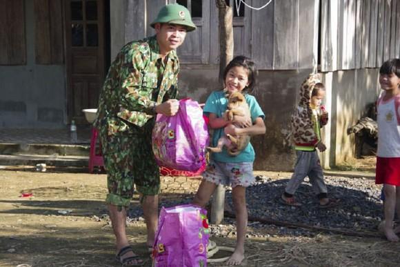 Hướng Việt tan hoang sau lũ, 2 lần tiếp tế khẩn cấp bằng trực thăng ảnh 16