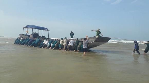 Tàu gỗ dạt vào bờ biển Quảng Trị với nhiều bao bì ghi chữ Trung Quốc ảnh 1
