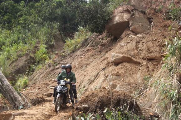 Dùng thuốc nổ phá khối đá hơn 30 tấn nằm cheo leo vách núi bên đường ảnh 1