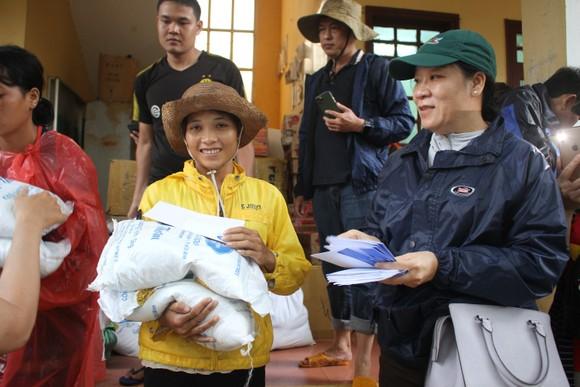 Dùng dây cáp và bè tạm vượt sông dữ trao quà cho người dân vùng lũ Quảng Trị ảnh 10