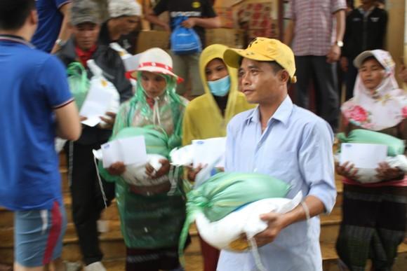 Dùng dây cáp và bè tạm vượt sông dữ trao quà cho người dân vùng lũ Quảng Trị ảnh 11