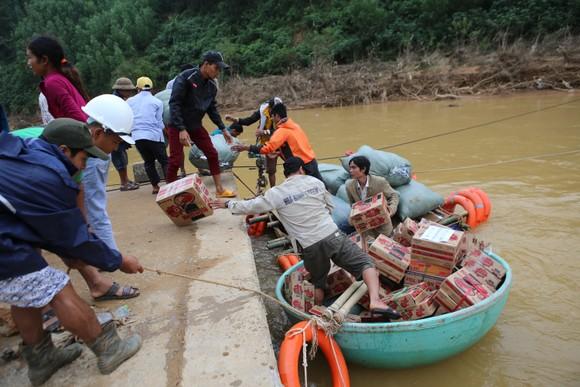 Dùng dây cáp và bè tạm vượt sông dữ trao quà cho người dân vùng lũ Quảng Trị ảnh 7