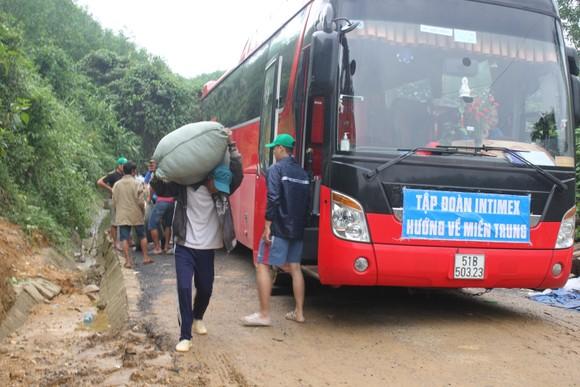 Dùng dây cáp và bè tạm vượt sông dữ trao quà cho người dân vùng lũ Quảng Trị ảnh 6