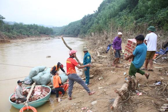 Dùng dây cáp và bè tạm vượt sông dữ trao quà cho người dân vùng lũ Quảng Trị ảnh 1
