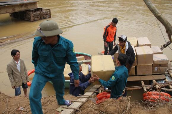 Dùng dây cáp và bè tạm vượt sông dữ trao quà cho người dân vùng lũ Quảng Trị ảnh 4