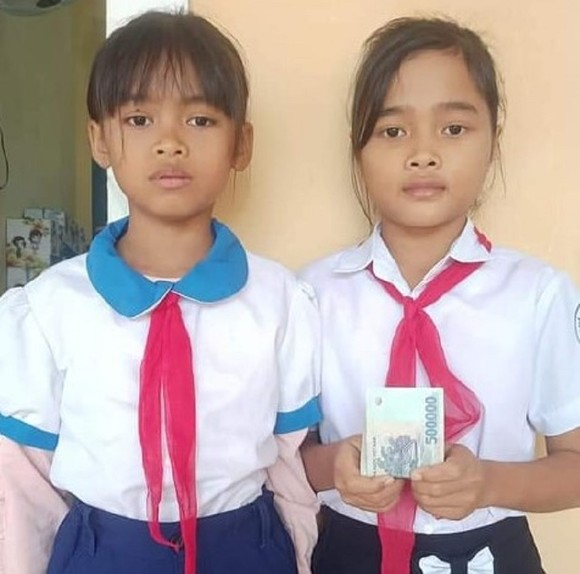 2 học sinh tìm người trả lại 5 triệu đồng phát hiện trong áo quần được tặng  ảnh 1