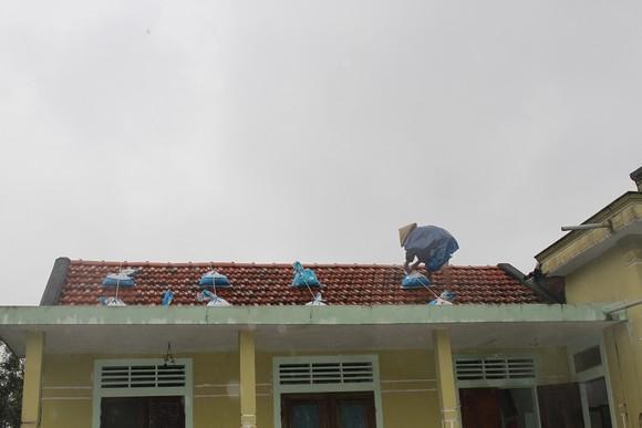 Di dời dân, chằng chống nhà cửa trước cơn bão số 13  ảnh 4