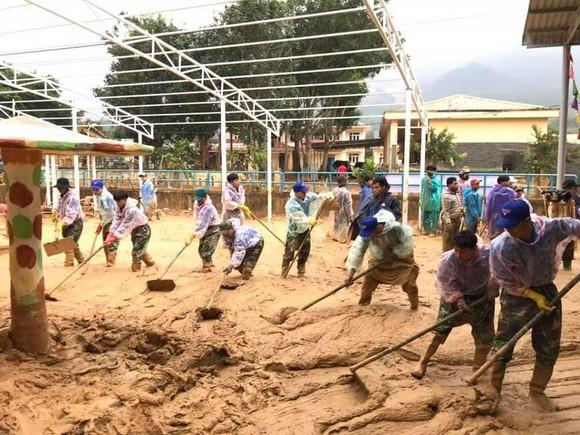 Sau một tháng trường ngập sâu trong bùn đất, học sinh xã Hướng Việt đi học trở lại ảnh 3