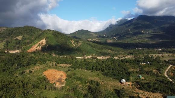 Người dân thấp thỏm sống bên những ngọn đồi chờ sạt lở ảnh 2