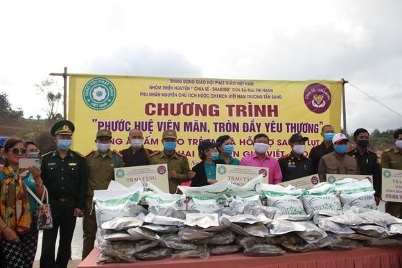 Quảng Trị: Tặng quà cho người dân hai bên biên giới Việt Nam - Lào bị ảnh hưởng bởi bão lũ  ảnh 7