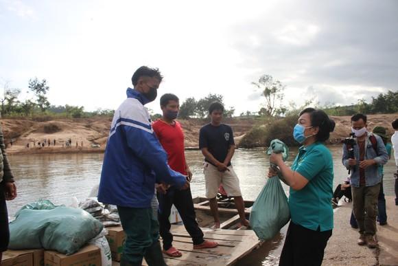 Quảng Trị: Tặng quà cho người dân hai bên biên giới Việt Nam - Lào bị ảnh hưởng bởi bão lũ  ảnh 8