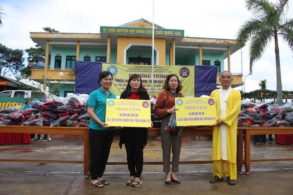 Quảng Trị: Tặng quà cho người dân hai bên biên giới Việt Nam - Lào bị ảnh hưởng bởi bão lũ  ảnh 2