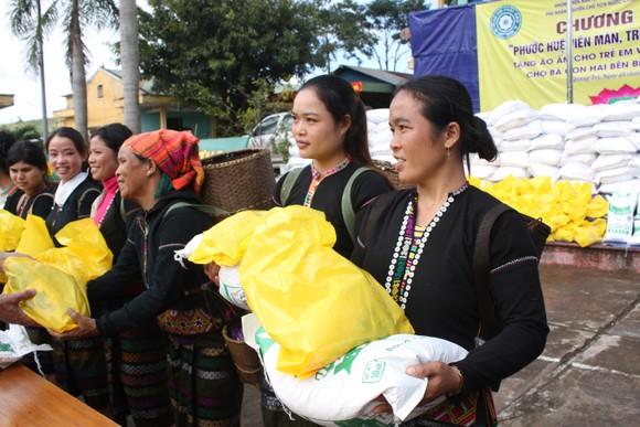 Quảng Trị: Tặng quà cho người dân hai bên biên giới Việt Nam - Lào bị ảnh hưởng bởi bão lũ  ảnh 6
