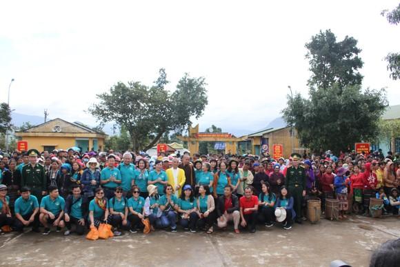 Quảng Trị: Tặng quà cho người dân hai bên biên giới Việt Nam - Lào bị ảnh hưởng bởi bão lũ  ảnh 1