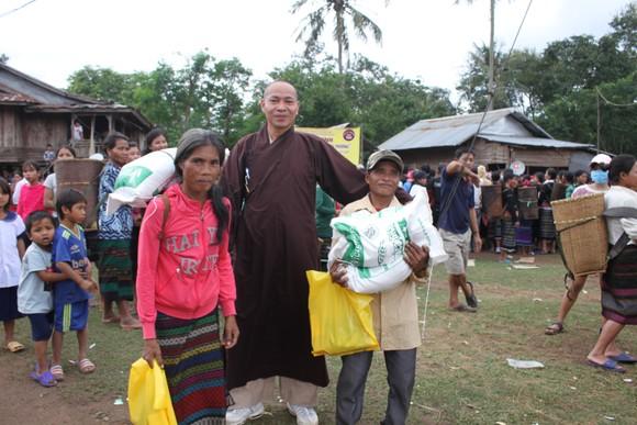 Quảng Trị: Tặng quà cho người dân hai bên biên giới Việt Nam - Lào bị ảnh hưởng bởi bão lũ  ảnh 5