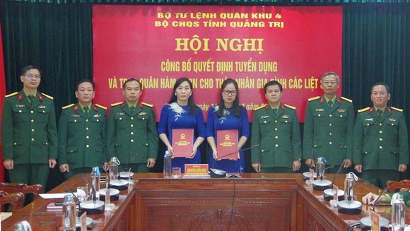 Bộ Chỉ huy Quân sự tỉnh Quảng Trị trao quyết định tuyển dụng cho thân nhân liệt sĩ