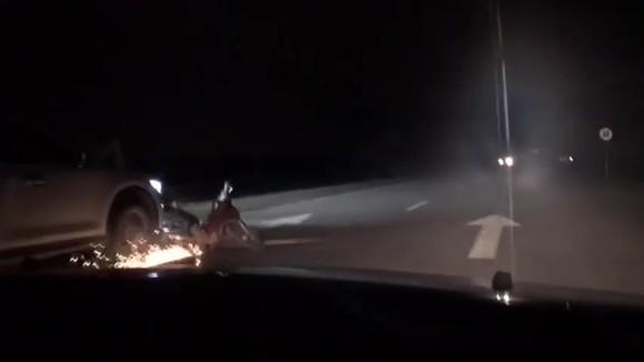 Tài xế say xỉn lái ô tô kéo lê xe máy trên đường ảnh 2