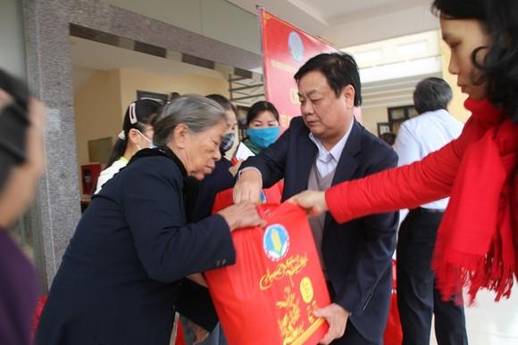 Bộ NN-PTNT thăm hỏi, tặng quà các gia đình khó khăn trên địa bàn tỉnh Quảng Trị  ảnh 2