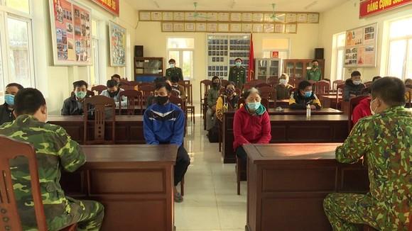 Đồn Biên phòng Cửa khẩu Quốc tế Lao Bảo lấy lời khai các đối tượng nhập cảnh trái phép. Ảnh: PHƯỚC TRUNG