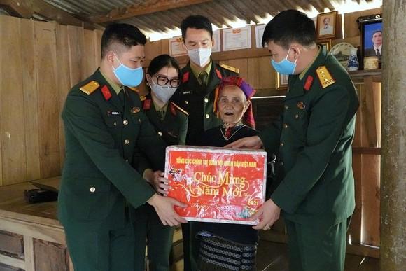 """Trao tặng quà cho các hộ gia đình có hoàn cảnh đặc biệt khó khăn trong chương trình """"Xuân biên giới thắm tình quân dân""""."""