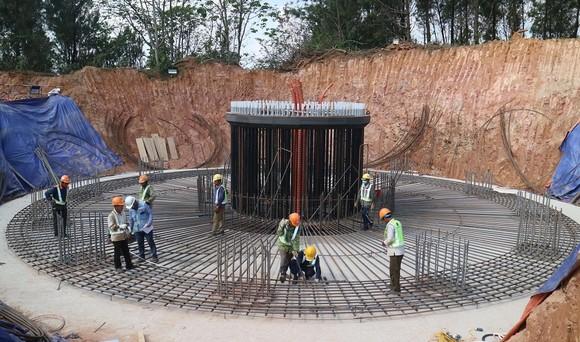 Các dự án điện gió trên địa bàn tỉnh Quảng Trị đang khẩn trương thi công, lắp đặt để kịp hoàn thành, phát điện trước ngày 1/11/2021.