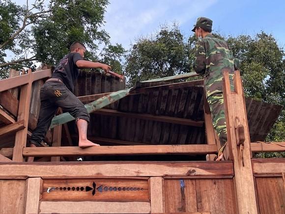 Dông lốc làm tốc mái hàng chục nhà dân ở Quảng Trị ảnh 4