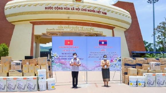 Quảng Trị trao tặng trang thiết bị, vật tư y tế cho 3 huyện của Lào ảnh 1