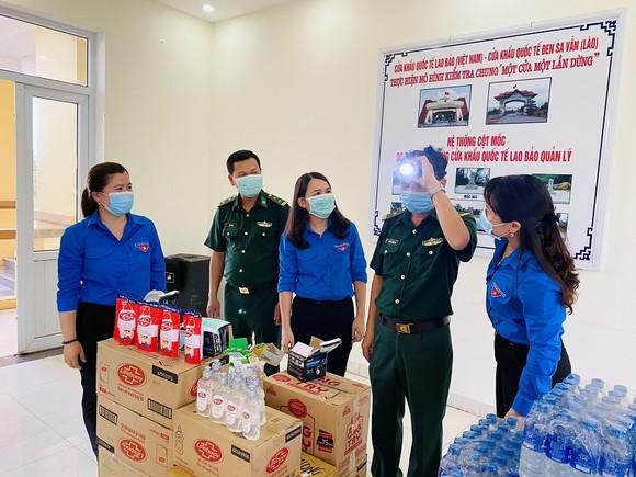 Tuổi trẻ Quảng Trị trao tặng vật tư y tế, nhu yếu phẩm phòng chống dịch cho nước bạn Lào  ảnh 2